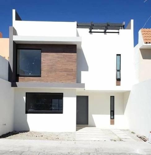Casa De 3 Recamaras, 3 Niveles, Con Terraza