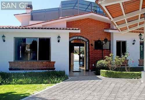 Residencia De Autor En Venta En El Club De Golf, San Gil.-