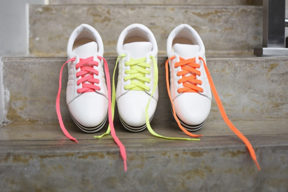 Tenis Feminino Branco Cadarços Neon Sola Listras Em Eva