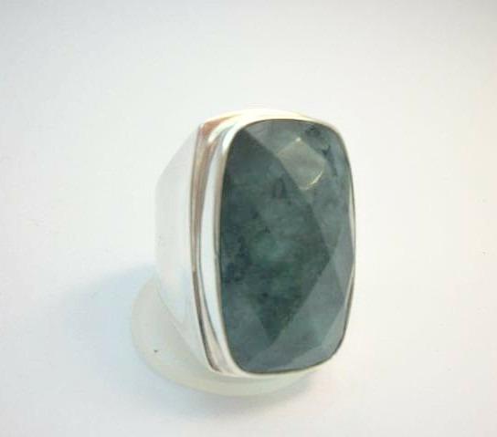 Anel De Prata Modelo Clássico Com Pedra Biriba De Esmeralda