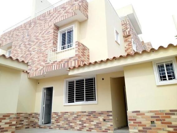 Venta De Casa Tipo Town House Urb Andres Bello 20-14802 Mv
