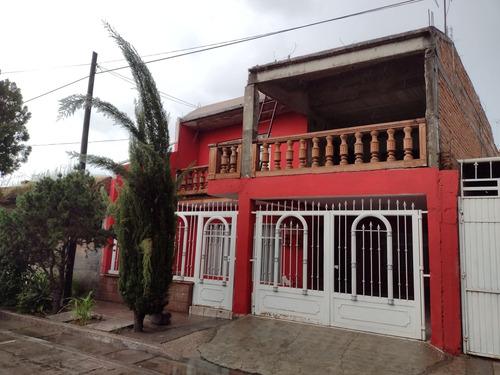 Imagen 1 de 8 de Venta De Amplia Casa De 2 Niveles Y De 4 Recámaras.