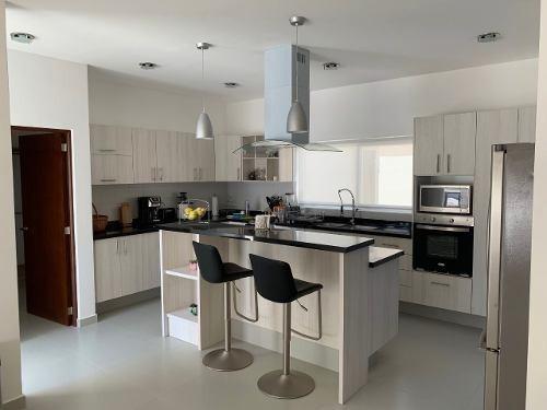 Residencia En Vista Real, 3 Habitaciones, 3.5 Baños, Jardín