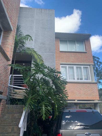 Venta De Acogedor Town House En La Lagunita, Área, Gv