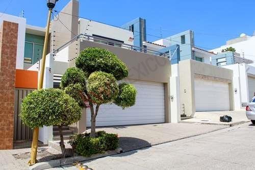 Residencia En Venta En Colinas De San Miguel, Estilo Moderno Con Excelentes Espacios