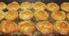 Pasteles De Hojaldre Rellenos, Bebidas Caseras Y Panadería
