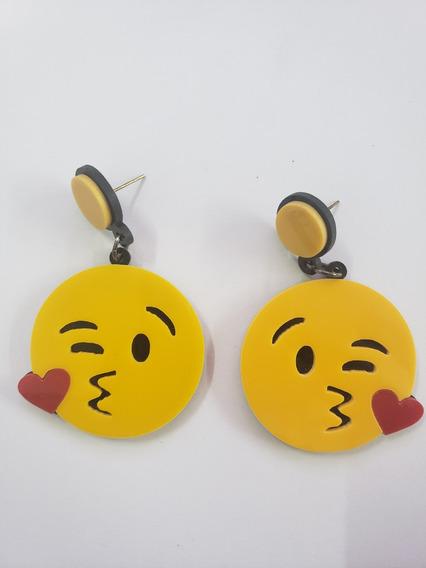Brinco De Acrílico Emoji Beijinho Feminino Masculino
