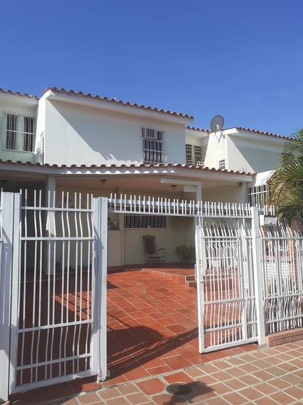 Casa En Flor Amarillo/ Urbanización Bucaral