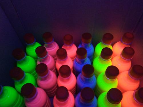 Imagen 1 de 1 de Pintura Neon Glow Para Aventar Fiesta Luz Negra Uv Pieza