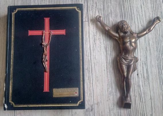Bíblia Antiga E Uma Estátua De Jesus Cristo