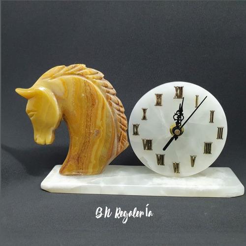 Bello Reloj En Piedra