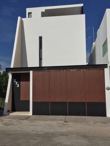 Townhouse 2 Habitaciones Y Rooftop En Fraccionamiento Altabrisa, Mérida.