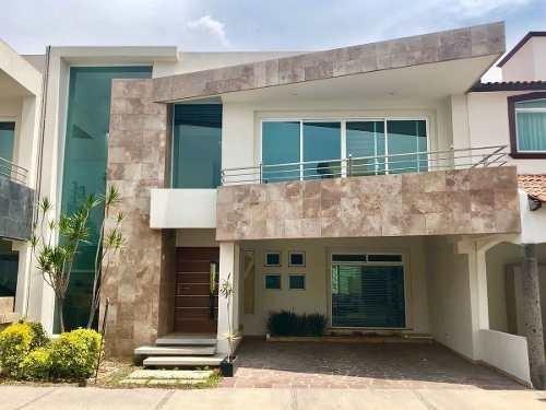 En Venta Residencia En Centro Sur, Luxury, 3 Recámaras, Estudio, Jardín, Alberca