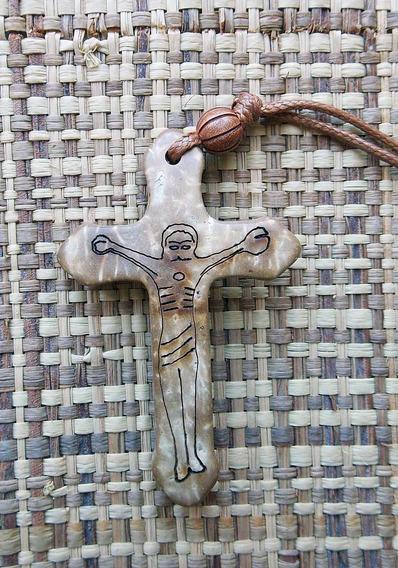 Crucifixo Em Fibra De Coco Feito A Mão Com Cordão Resinado.