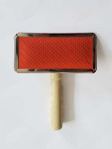 Imagen 1 de 4 de Cepillo Para Macramé Con Mango De Madera. 9cm X 5cm.
