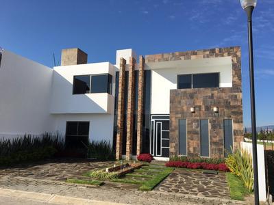 Excelente Casa De Tres Niveles En Venta