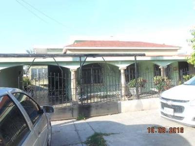 Bonita Casa En 2 Niveles, Cuenta En Planta Alta Con 2 Recamaras, 3 Baños Completos,