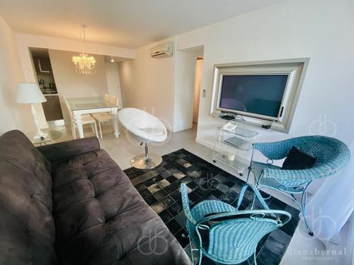 Punta Del Este, 2 Dormitorios Con Amplia Terraza Y Servicios.- Ref: 54484