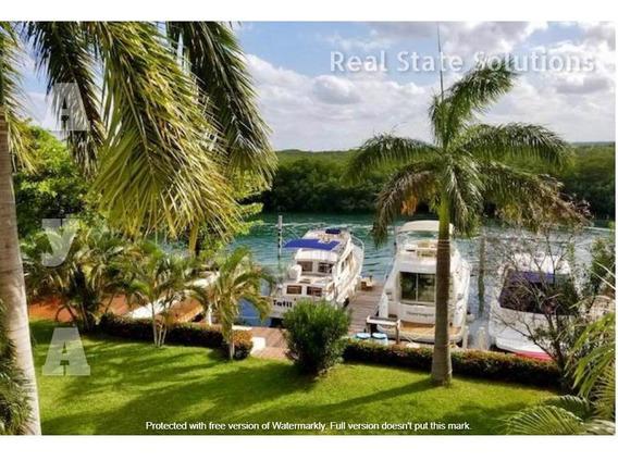 Casa En Venta De 3 Recámaras, Sala Tv, Oficina En Pescador, Zona Hotelera, Cancún
