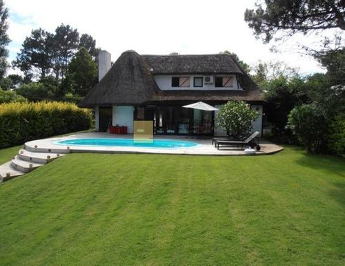 Imagen 1 de 30 de Hermosa Cabaña En Pinares, Con Piscina- Ref: 48242