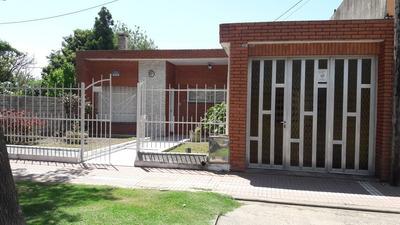 Casa Dos Dormitorios, Cochera Y Pileta. Fray L Beltran