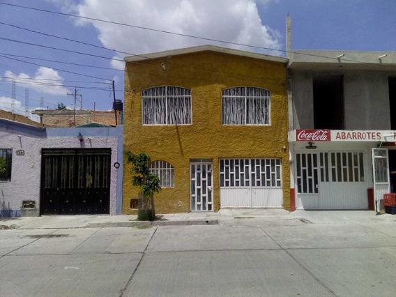 Casa De Dos Pisos, Parque Enfrente Y Al Lado Linea Verde