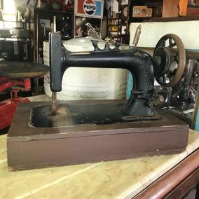 Máquina De Costura Manual Mesa Antiga Base Madeira Emblema
