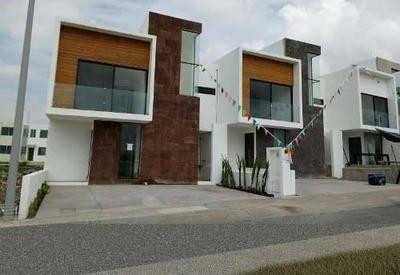 En El Refugio, 3 Recámaras, 2.5 Baños, Estudio, De Lujo, Escalera A Roof Garden!