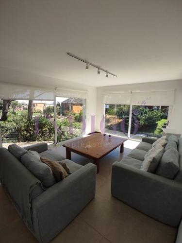 Muy Buena Casa En Alquiler A Pasitos Del Agua En Montoya, 5 Dormitorios .- Ref: 208