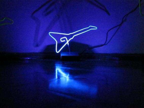 Luminária Led Guitarra V Azul Efeito Neon Fluor Mesa Bivolt