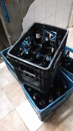 Cajones Con Botellas De Cerveza Vacías Usadas