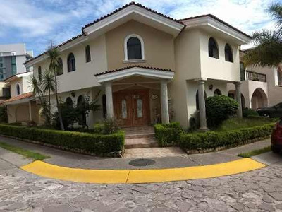 Hermosa Casa Jardines Universidad