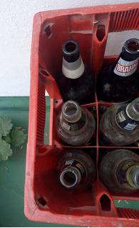 Envases De Cerveza Vacíos Y Cajones De Cerveza
