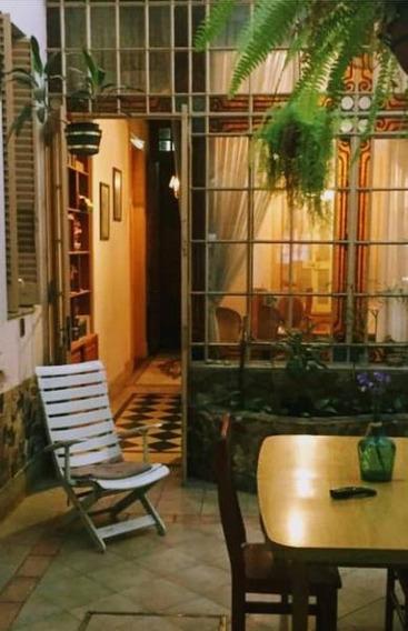 Excelente Casa A La Venta, Ubicada Sobre Calle Montevideo Entre Laprida Y Buenos Aires.