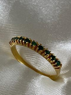 Meia Aliança De Ouro Amarelo Cravejada Esmeraldas Naturais