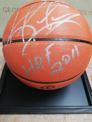 Balón Autografiado Spalding Por Dennis Rodman En Pedestal
