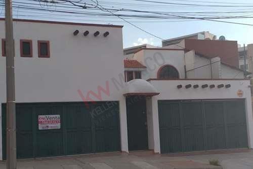 Venta De Casa Estilo Colonial En Lomas 4a. Sección, En Perfecto Estado. Negociable!!!