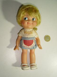Muñeca Pequeñita De Hule Con Delantal Rojo