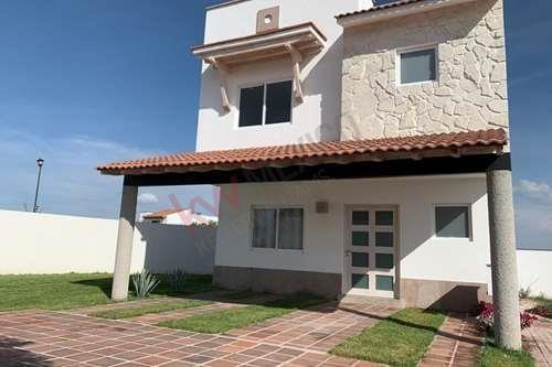 Renta De Excelente Casa Con Amplio Jardín En Ciudad Maderas $12,700 .
