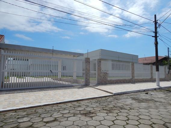 Casa Com Piscina E Edícula A Venda Em Peruíbe.