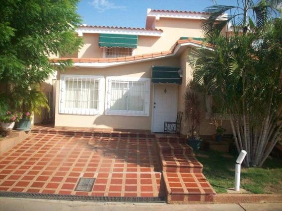Townhouse En Venta. Doral Norte. Mls 19-5263.