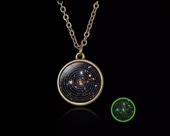 Collar Con El Sistema Solar Que Brilla En La Oscuridad