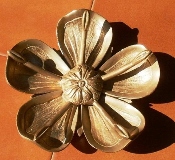 Cenicero Antiguo De Bronce En Forma De Flor
