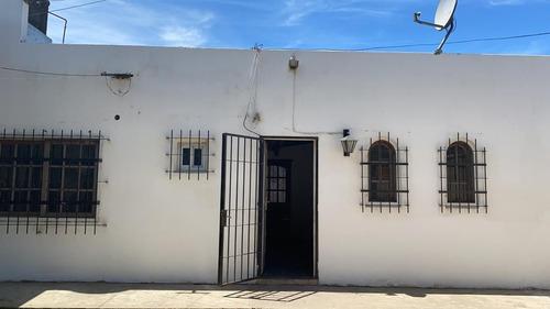 Venta De Casa 2 Dormitorios, La Plata Los Hornos.