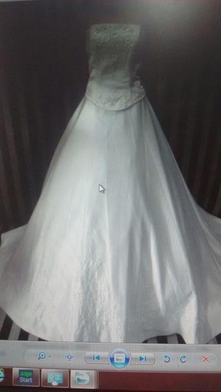 Vestido De Noiva Com Calda Longa E Pérolas..
