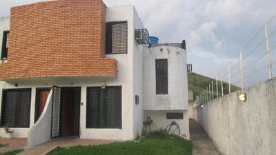 Se Vende Comodo Y Funcional Town House En La Esmeralda