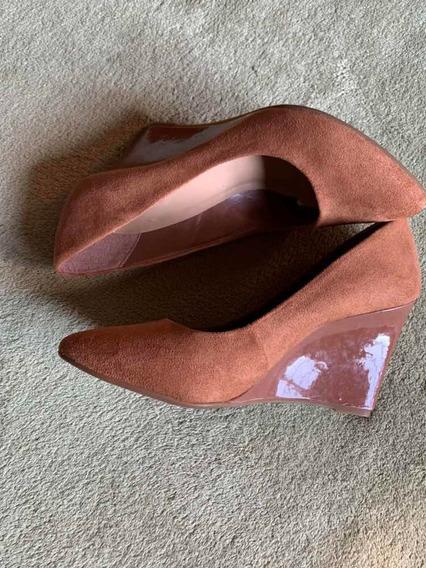 Sapato De Camurça Com Salto De Verniz