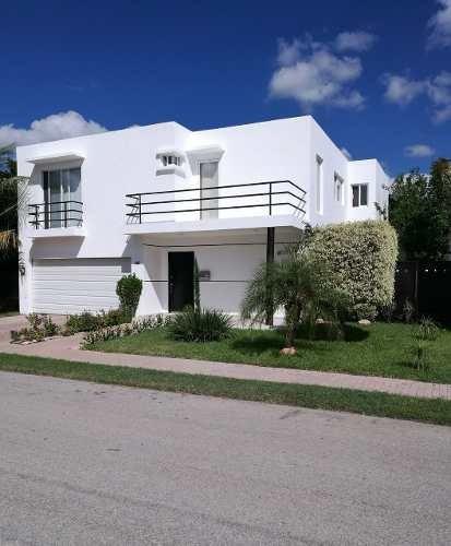 Hermosa Casa En Venta En Fraccionamiento Algarrobos, Mérida, Yuc.