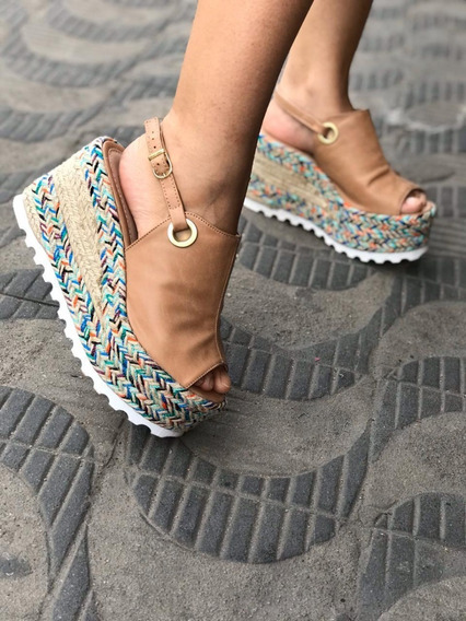 Sandália Com Detalhe Colorido No Salto Presilha Lateral Top