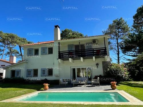 Moderna Casa De Cuatro Dormitorios En Playa Mansa Venta-ref:27936